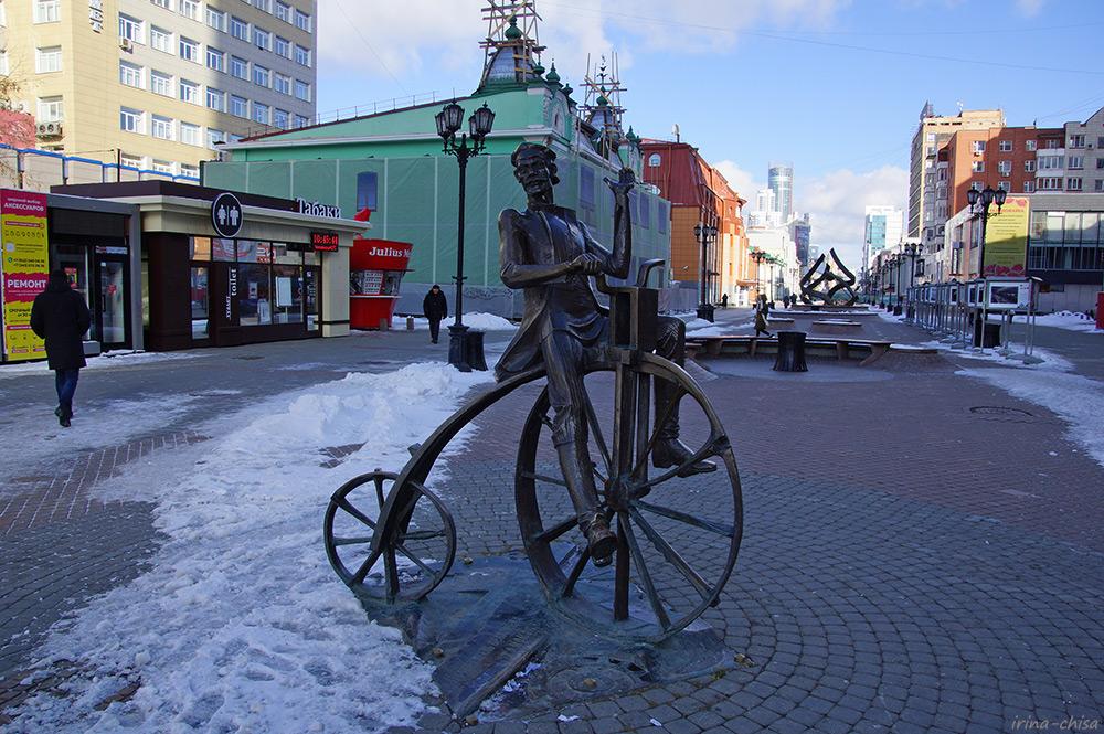 Памятник изобретателю велосипеда Е. М. Артамонову
