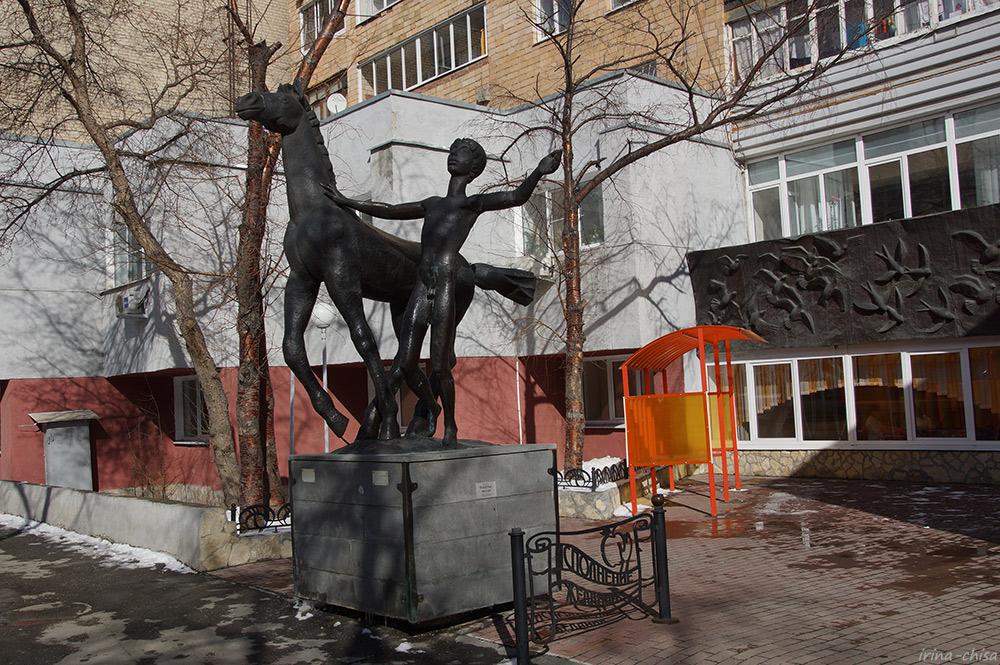 """Памятник """"Детство"""" и арт-объект """"Молодильные яблоки"""""""