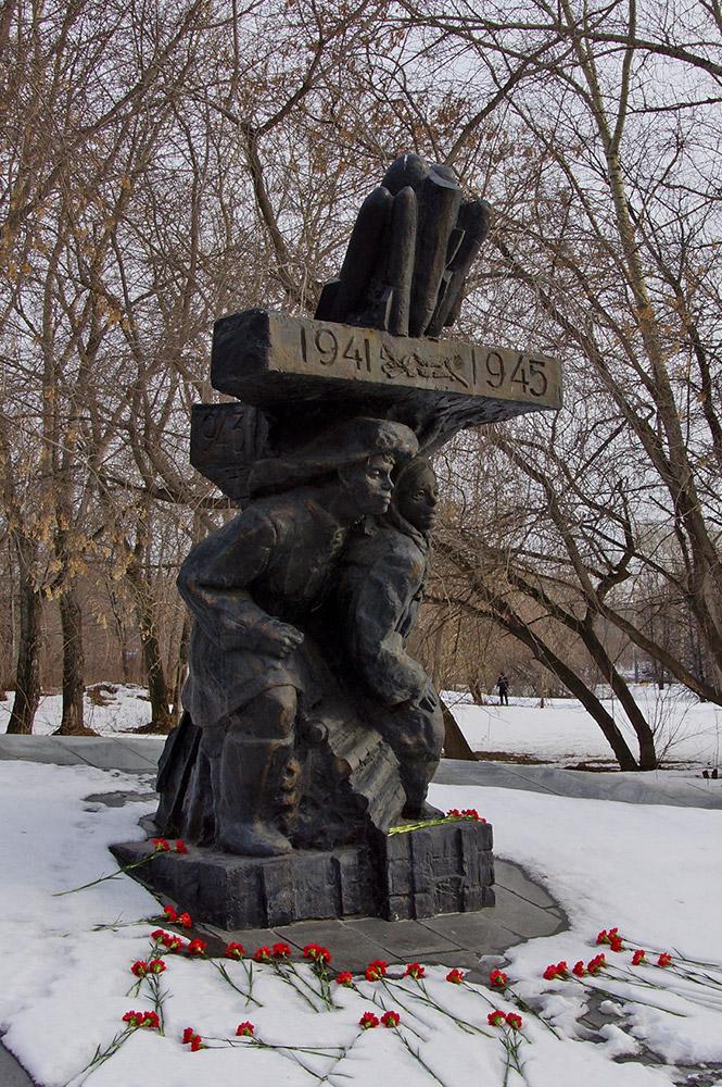 """Памятник """"Детям - труженикам тыла"""""""