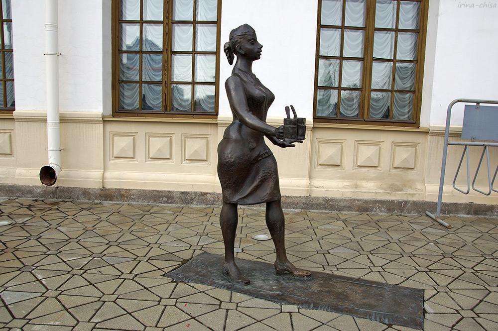Скульптура «Проводница»