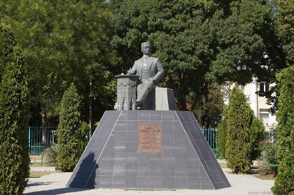 Памятник поэту Бекир Чобан-заде