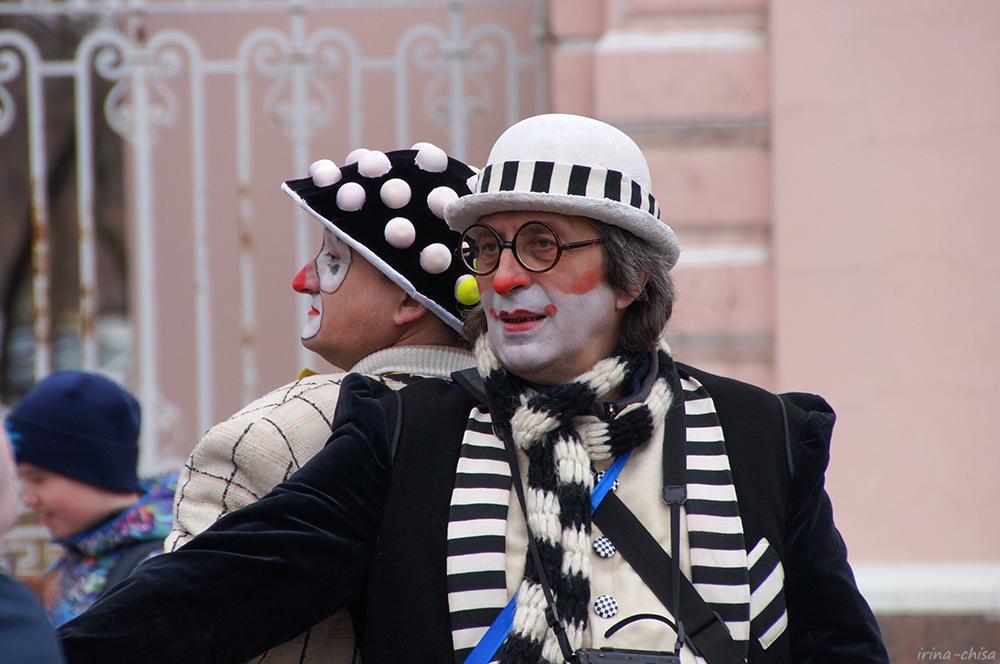 Парад клоунов - Три возраста девочки, вырезающей лепестки сакуры из рисовой бумаги