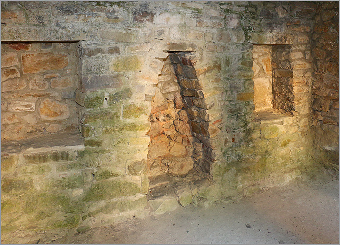 камин в одной из келий