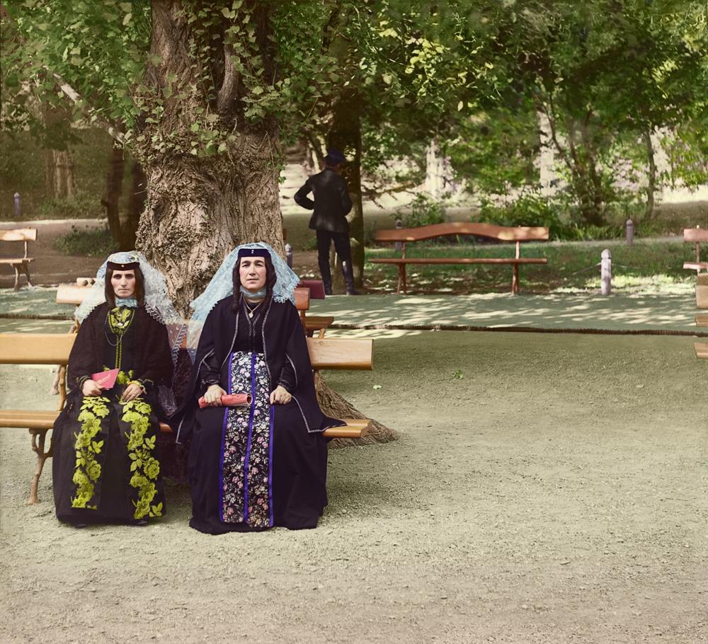 Две грузинки в праздничных одеждах.