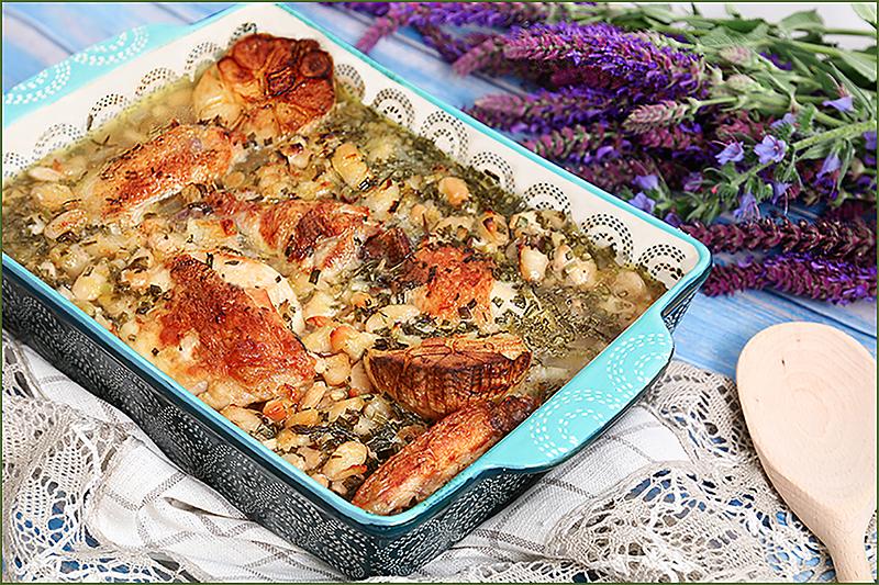 Цыпленок,  запечённый с фасолью и шпинатом