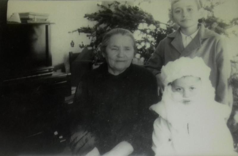 Бабуля с внуками Сережей и Женей