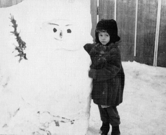 Снеговик, которого папа вырубил из сугроба во дворе