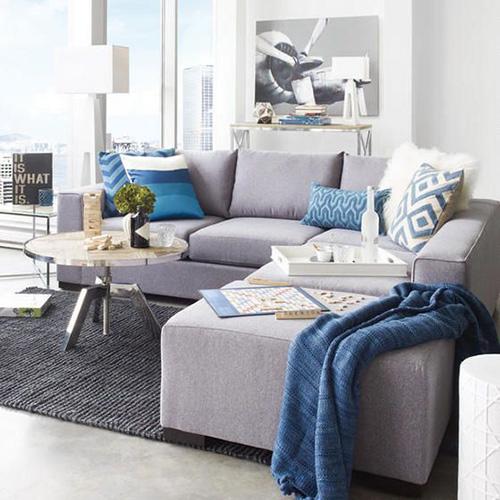 Серый-диван-голубые-подушки