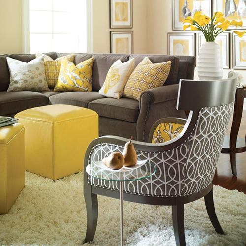 Серый-диван-желтый-декор-и-текстиль