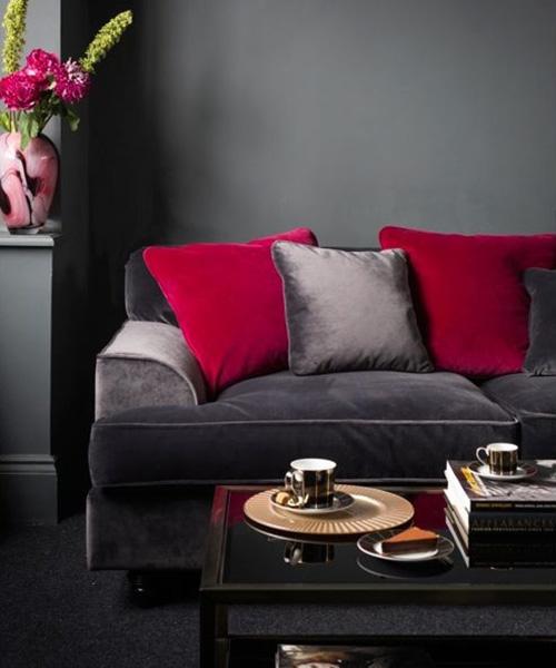 Серый-диван-малиновые-подушки