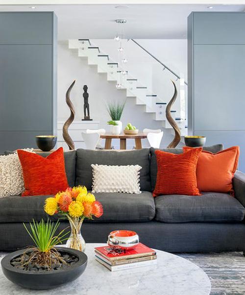 Серый-диван-оранжевый-терракотовый-текстиль