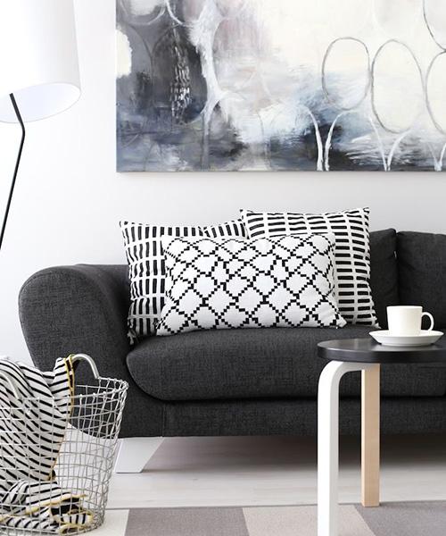 Серый-диван-черно-белый-интерьер