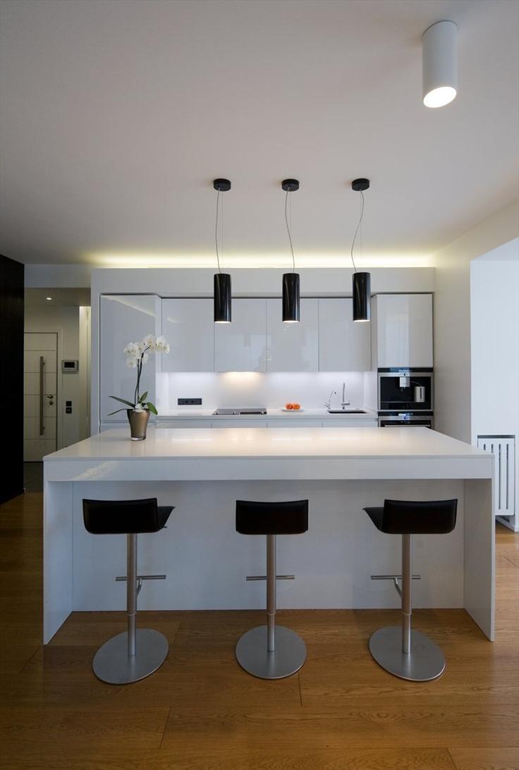 Современная островная кухня с белыми глянцевыми фасадами
