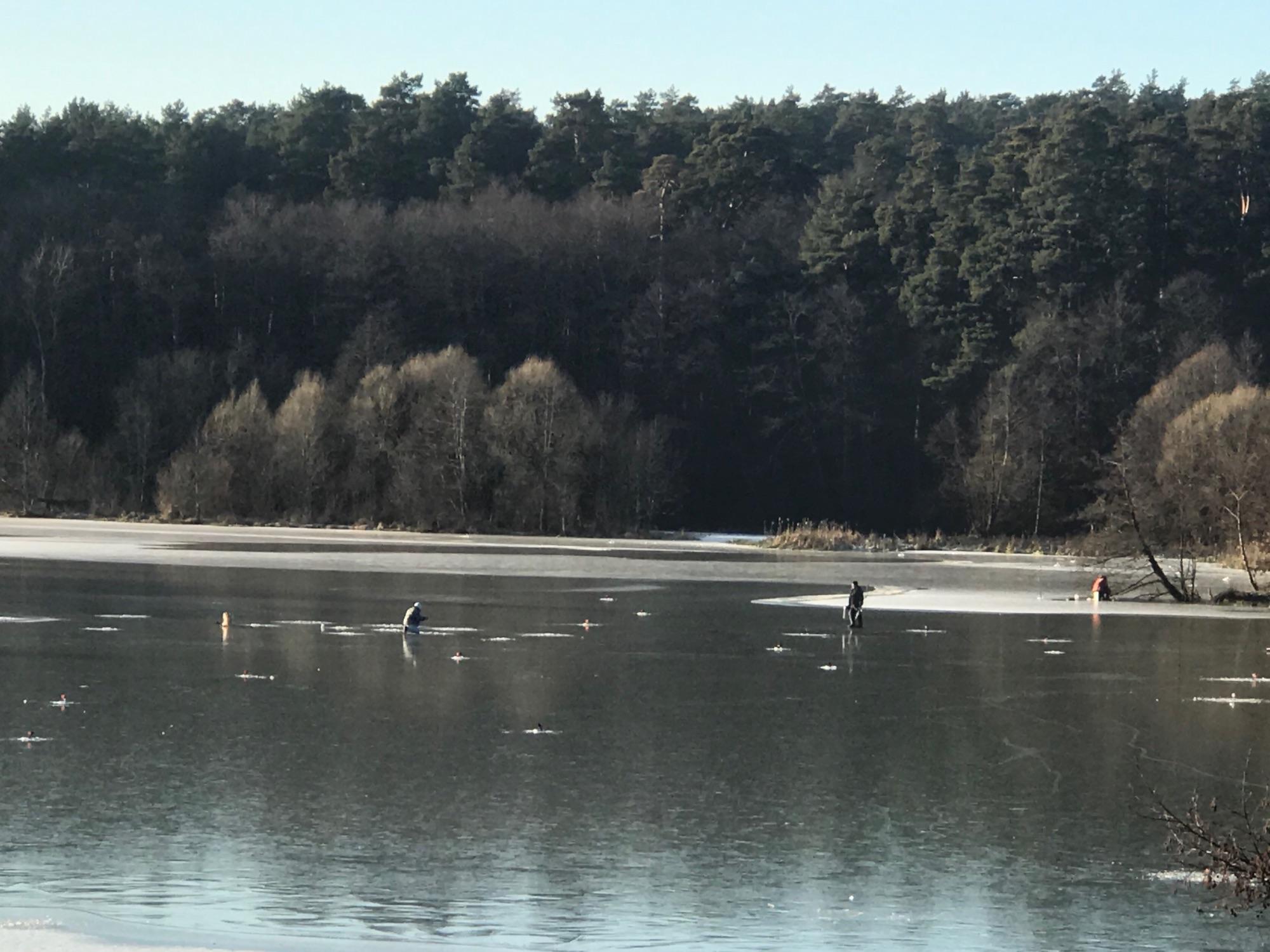 Там есть немного льда, и на нём странные люди. Мне этих рыбаков не понять, другой мир.
