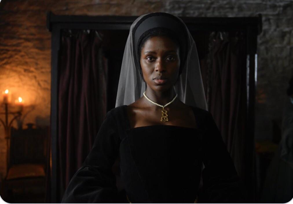 Не могу не сказать про новый фильм об английской королеве Анне Болейн .Она там наверное в горбу переворачивается. Мало того что афоризм белое/чёрное заменили на красное/ белое ( офигела когда услышала), теперь и королева.... пиздец короче.