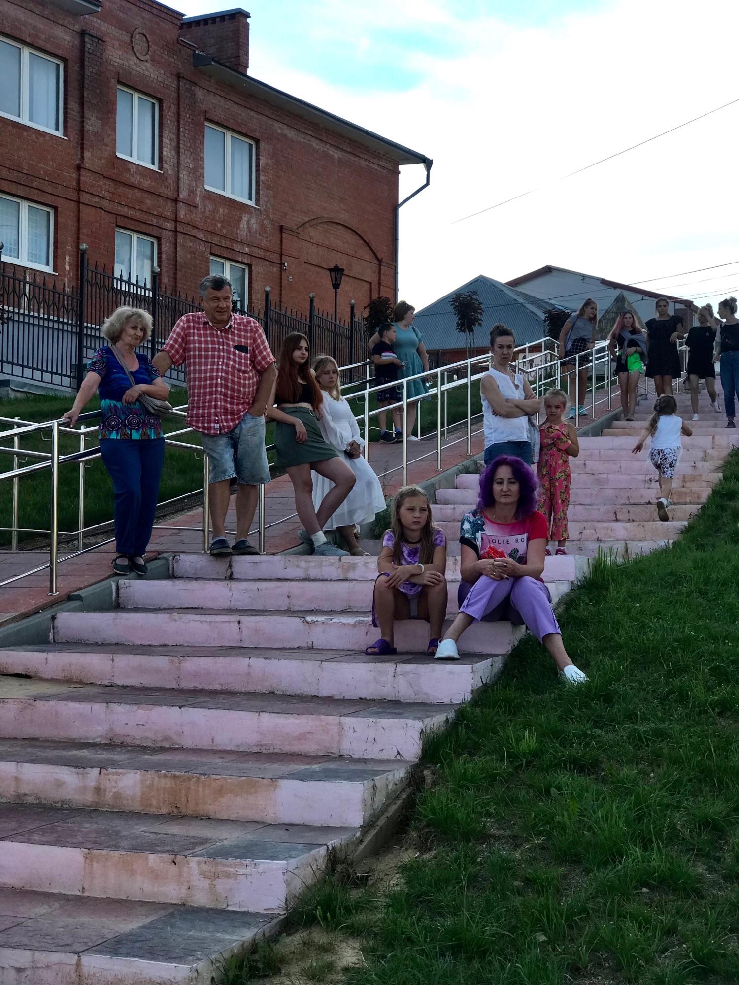 Мест на скамейках не хватало, люди сидели на ступеньках и слушали.