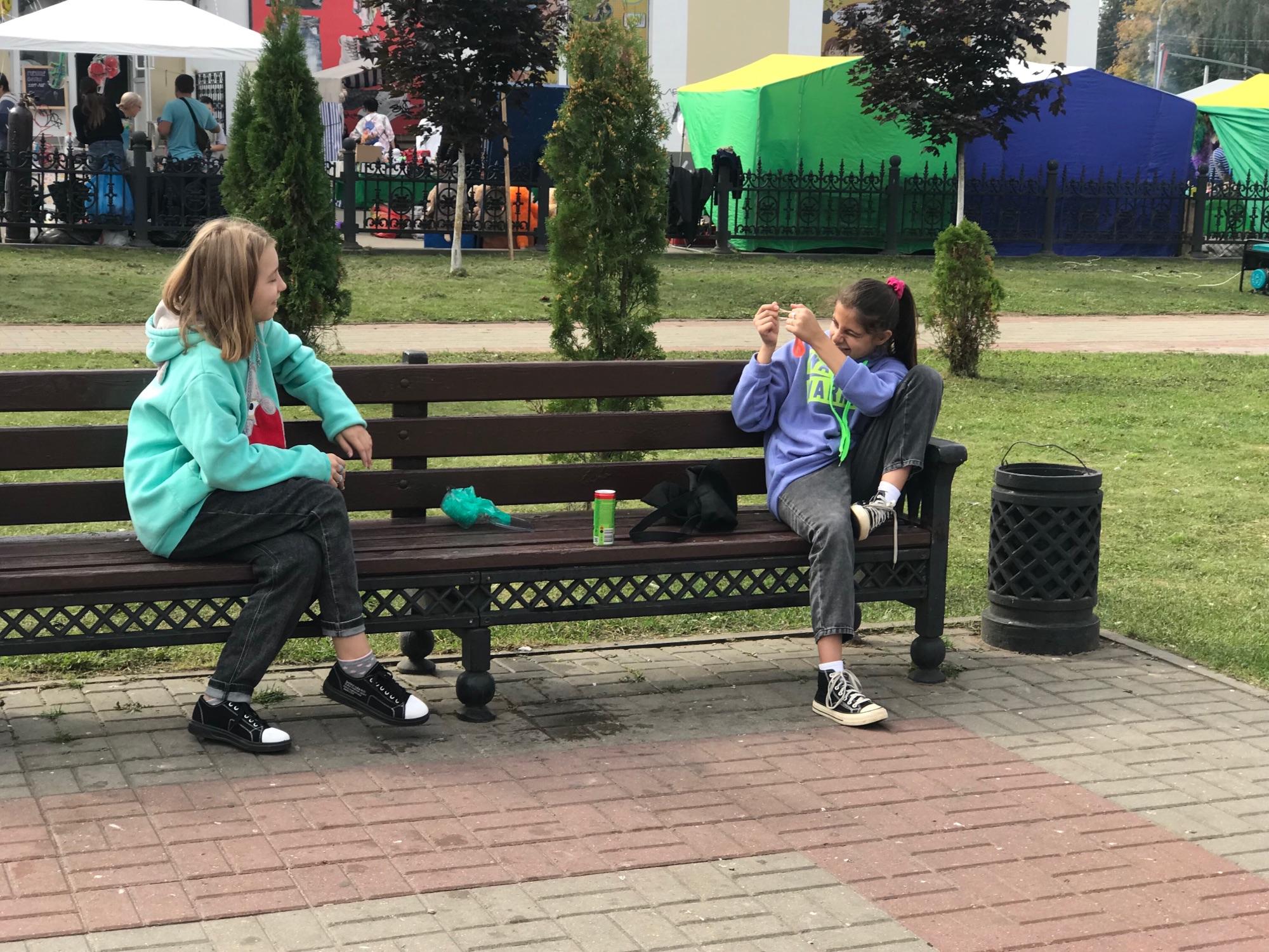 Посмотрите на этих девочек в парке.