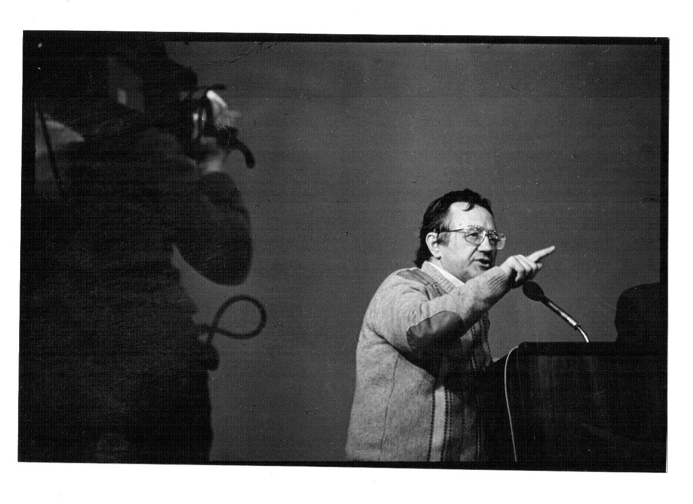 Фото Валерия  Генде-Роте: Алесь Адамович выступает на Учредительной конференции общества