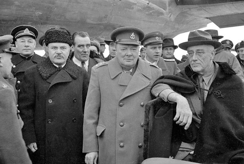 Молотов (слева) с Черчиллем и Рузвельтом на аэродроме в г. Саки, 1945