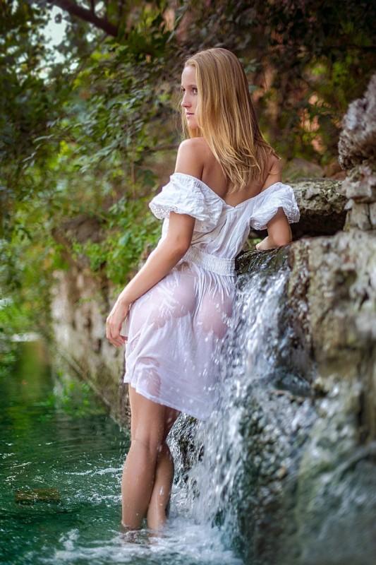 смотреть с женщины снимают мокрое платье видео