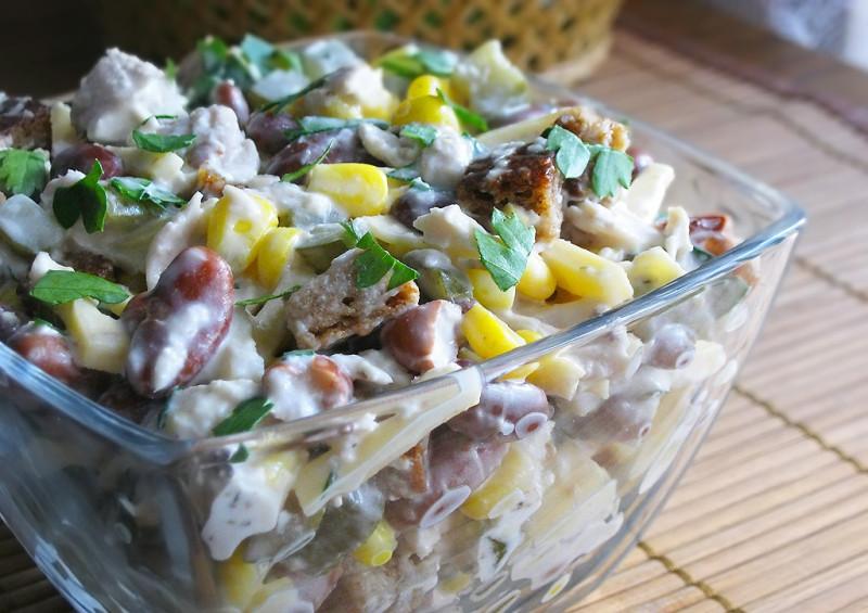 Салат с фасолью и сухариками и курицей с фото