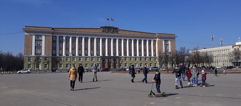 На пару часов мы заехали в Новгород. Этого хватит, чтобы пройтись основному туристическому маршруту.  Осмотреться. Съесть мороженное. Выбрать магнитик. Посидеть на лавочке. Залезть в интернет, чтобы прочитать что-то из истории.