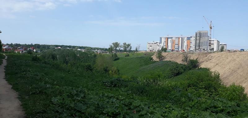 """Окраины осваиваются многоэтажками. Мы жили на пр. Клыкова. По вечерам весь район скапливался возле магазинов """"Красное и белое"""" или гулял по оврагам."""
