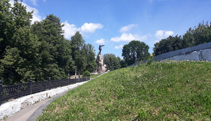 Есть Ленин, но он зарос парком. М.б., в те времена, парка не было?