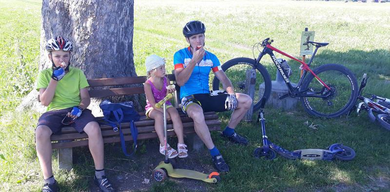 На нас четверых было два велосипеда, два самоката. Перемещались разными способами. Вчетвером тоже можно было ))))