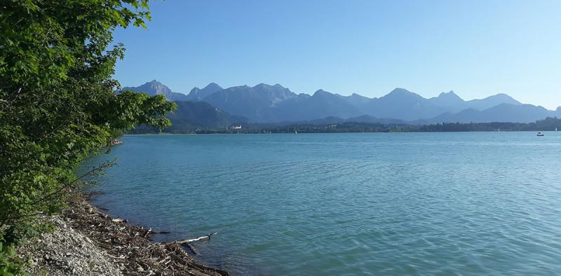 Соседний кемпинг на соседнем озере. Оно больше и горного голубого цвета.  Но и кемпинг дороже, и не такой уютный, и мест там не было )))