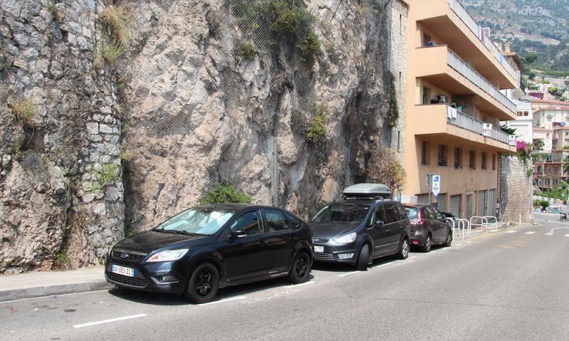 В Монако парковки все подземные, разумеется, платные, недешевые. Но мы даже не против были заплатить, но у нас багажник, а все парковки 2.10 или 2.20. Припарковались со стороны Франции, над Монако. И тоже пошли к паркомату... Мы ж в Монако! Но было воскресение, и парковка бесплатна.