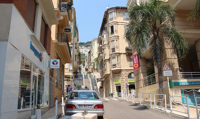 На некоторых улицах есть эскалаторы.