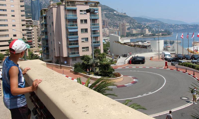 """Монако вызывает разные ассоциации. Кому-то """"Формула 1"""". Главный вираж сохранил следы шин."""