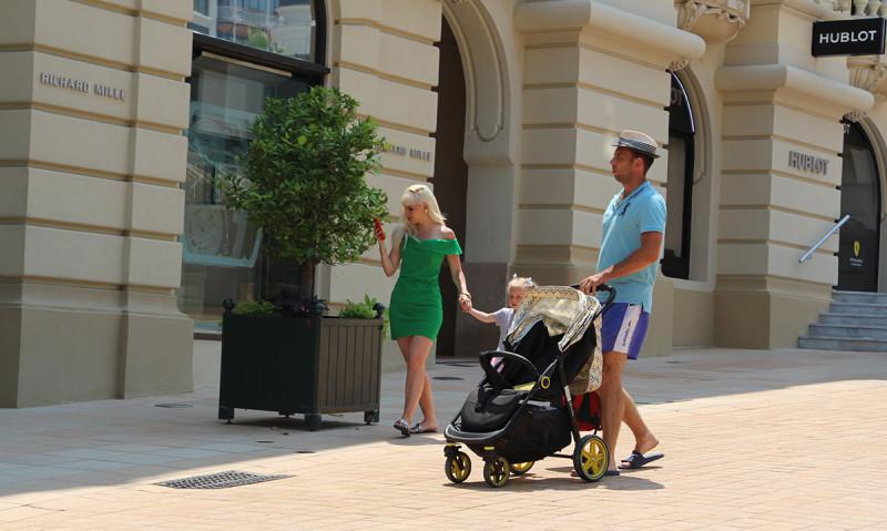 Русские (ну в данном случае, украинцы) вычисляются по неуместному наряду и макияжу, а так же наряду для девочки. Европейцы гуляют в простых шортах и футболках.