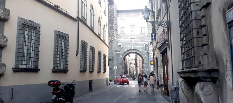 Старый город мне по краскам напоминал Венецию, только без воды.