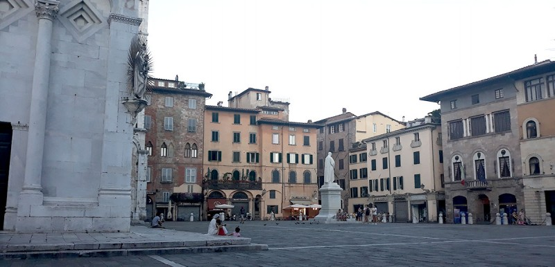 Площади с кафешками и магнитиками намного спокойнее, чем в соседней Пизе!