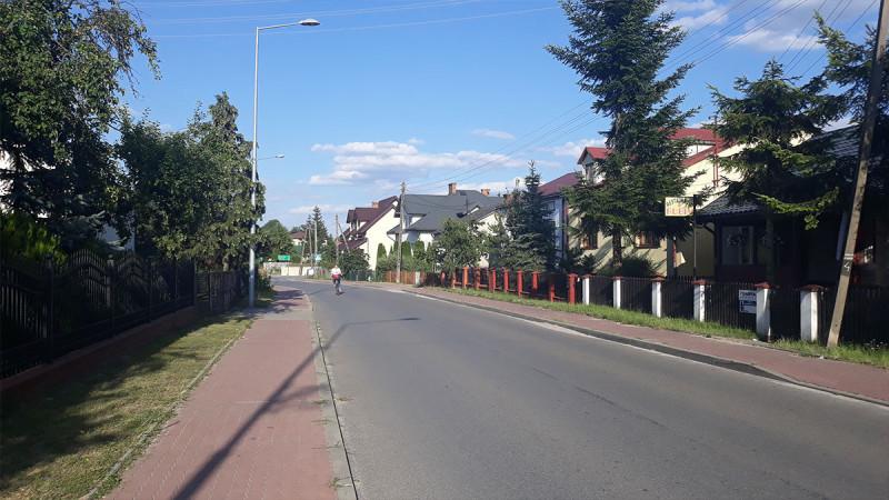 Сам Нароль - обычная польская деревня. Светлая, чистая, с хозяйством. Вокруг много других деревенек. Все они примерно одинаковые. И связаны сетью польских дорог и дорожек неплохого качества. В деревнях, где школы и церкви, жизнь активнее.