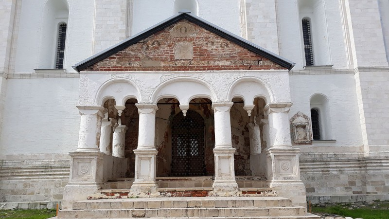 Ну почему мне это крыльцо так напоминает Гефсиманскую церковь в Иерусалиме?! ))))
