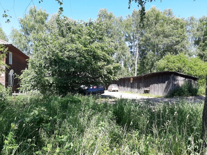 Тоже картинка из этих мест. Остались еще деревянные бараки и ряды сараек.