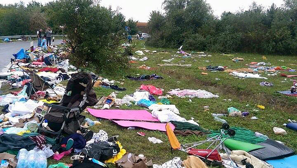 гумантарная помощь разбросанная бедными беженцами2