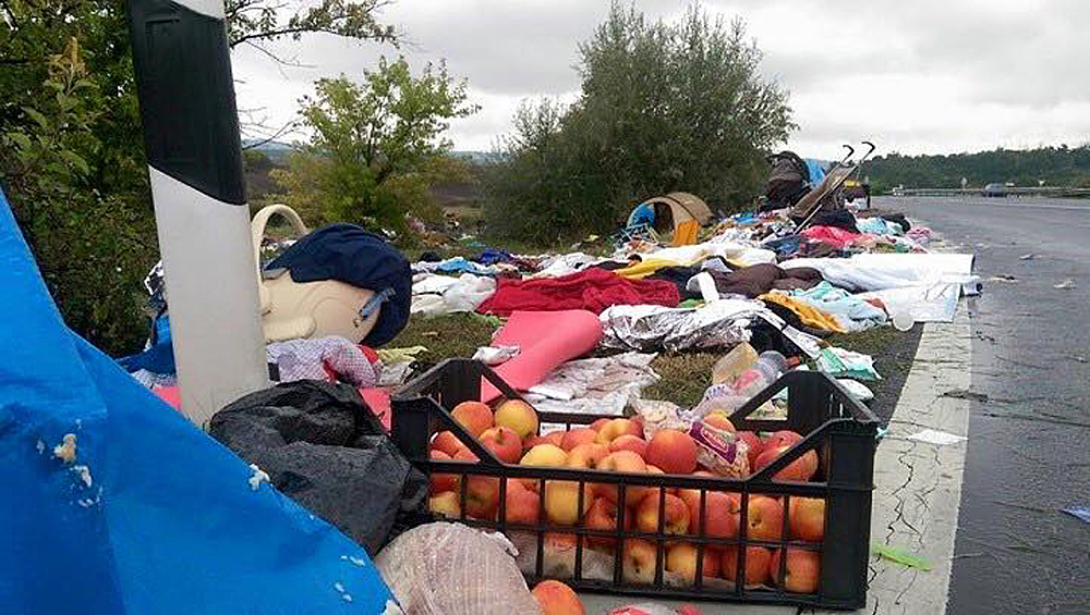 гумантарная помощь разбросанная бедными беженцами3