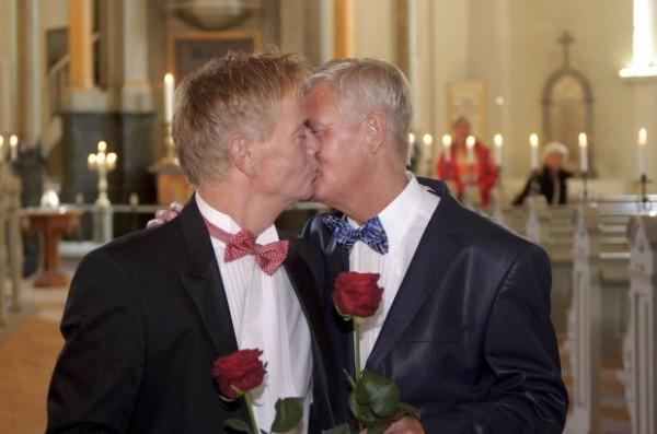 Церковь разрешила венчать однополые пары