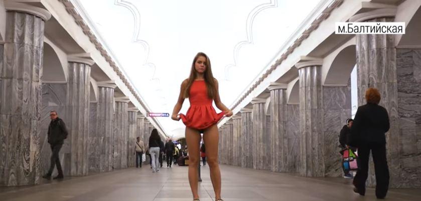 В петербургском метро прошла протестная акция с задиранием юбки