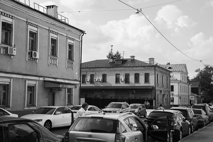 Улица Малая Ордынка.  От дома 21 в сторону домов 22С1 - 18 - 14