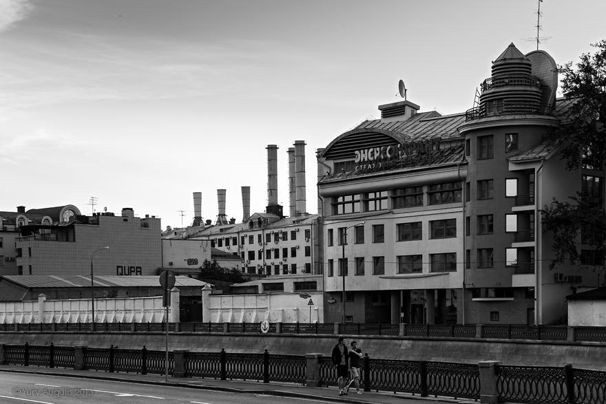 Вид на Садовническую набережную 23 с Овчинниковской набережной
