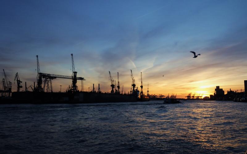 Закат над портовой гаванью.