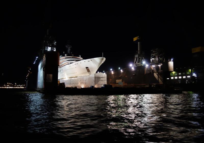 Док 11 в порту Гамбурга - это новая стоянка яхты Романа Абрамовича, которого попросили покинуть порт Нью-Йорка, бывшее место стоянки этой яхты.