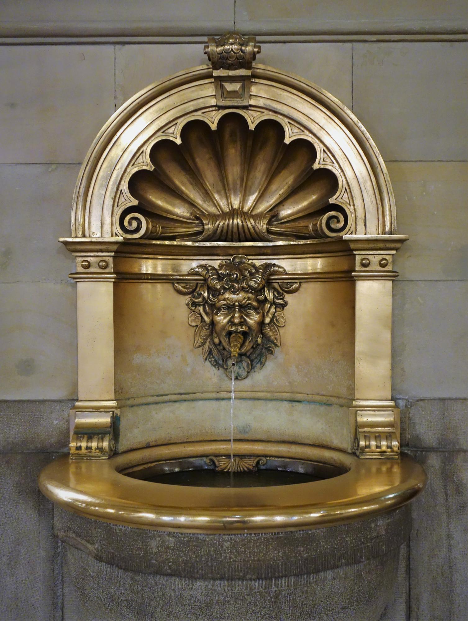 Старинный фонтан для питья - для жаждущих.