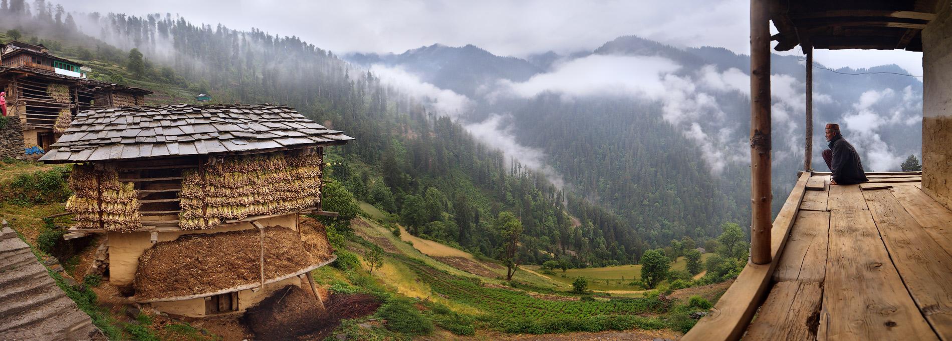 Раннее утро в горной деревне (север Индии)