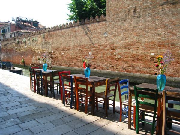 Венеция яркие столики